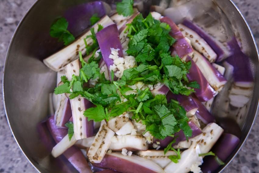 Chinese Steamed Eggplant With Garlic (蒜泥茄子) - Preparation