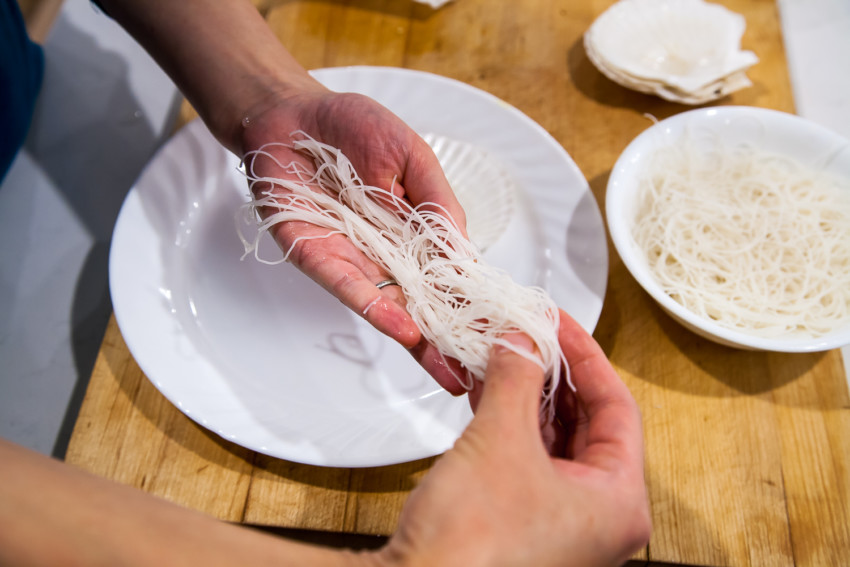 Steam Garlic Scallops with Vermicelli - placing vermicelli on a shell