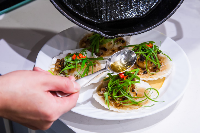 Steam Garlic Scallops with Vermicelli - Pouring hot oil
